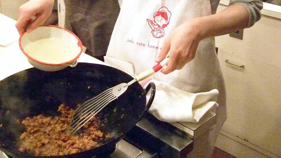 家庭料理の調理の様子